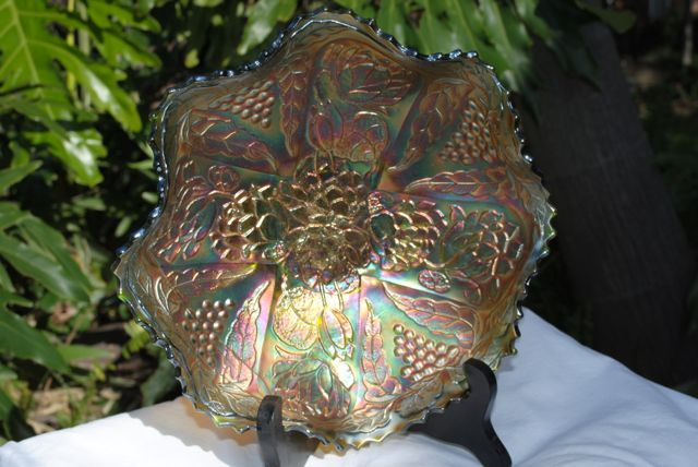 Carnival_glass_green_ruffled_1